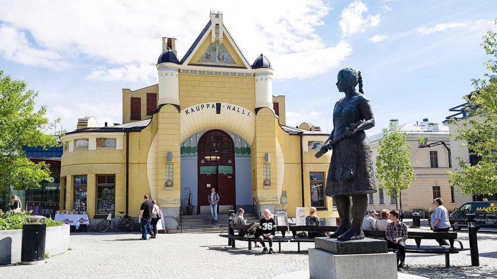Siskotyttö -patsas seisoo Kauppahallin edessä Kuopiossa