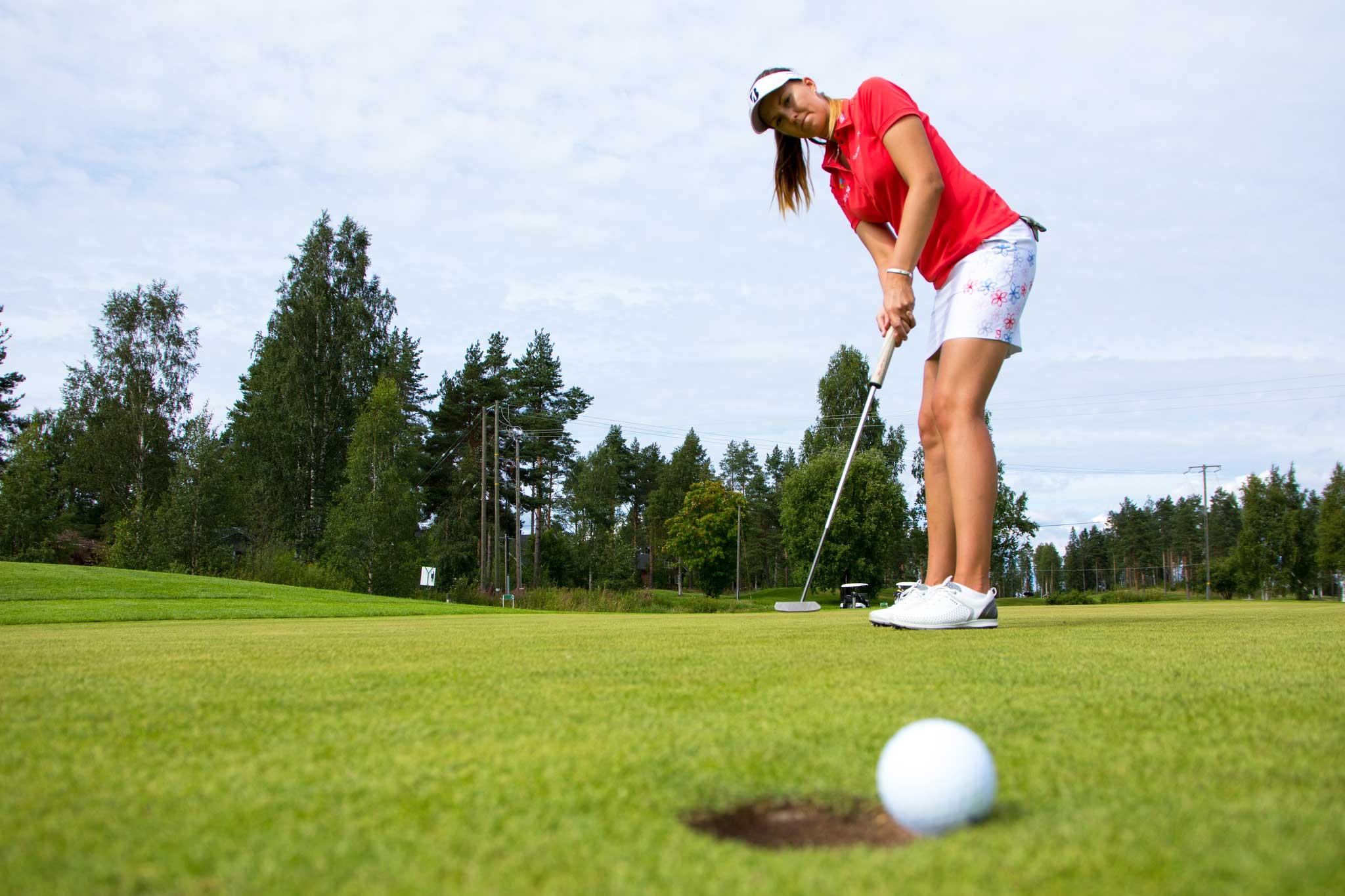Putti osuu reikään Tahkon uudella golfkentällä