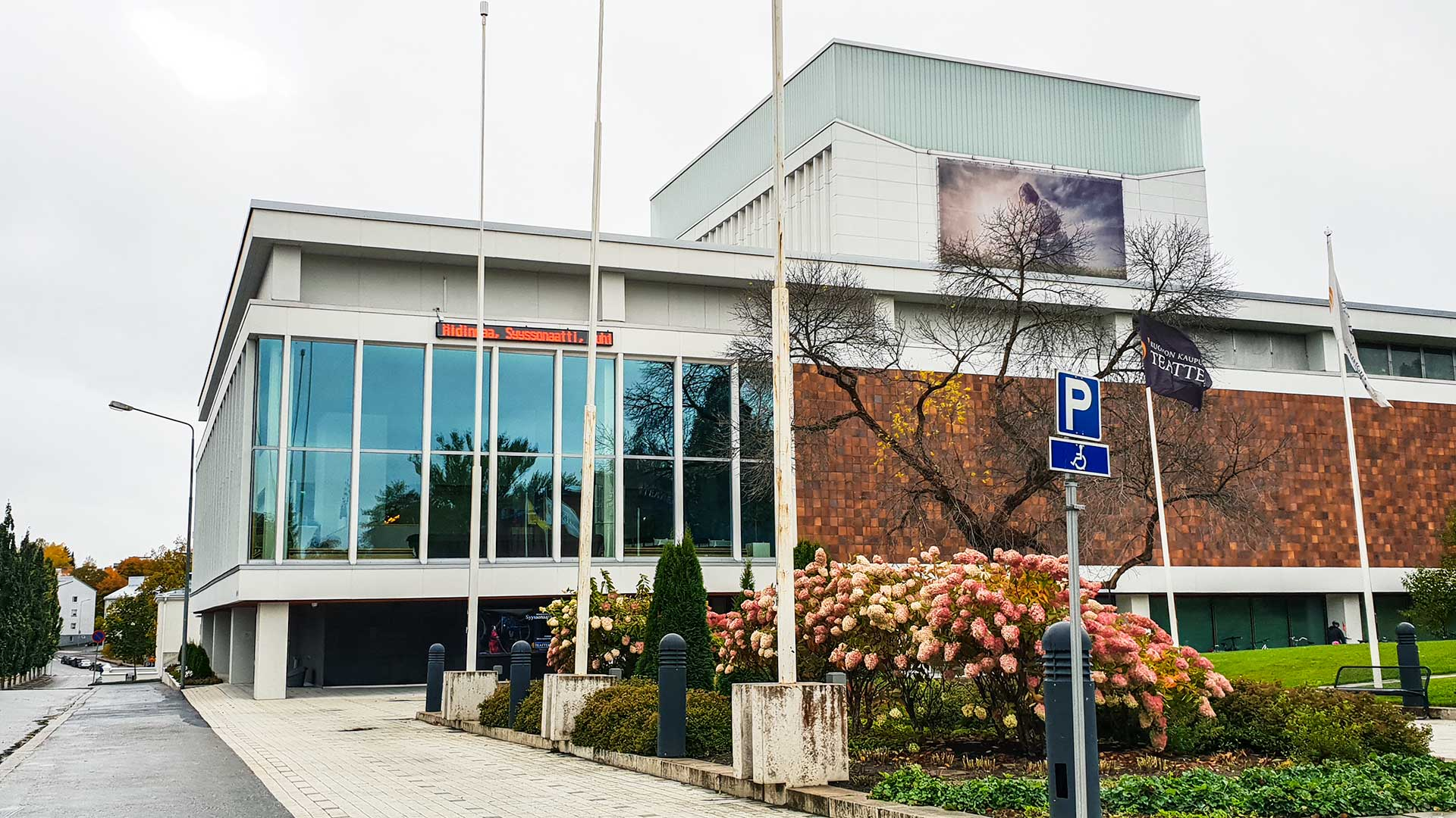 Aivan teatterin pääoven edessä on myös pari parkkipaikkaa liikuntarajoitteisille