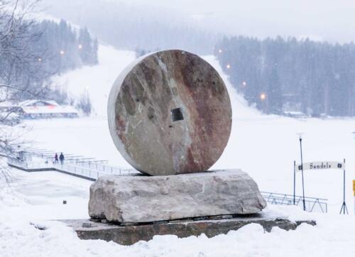 Tahkon monumentti kuivastaa historiaa. Aikoinaan Tahkon kalliosta louhittiin kiveä myllykiveksii.