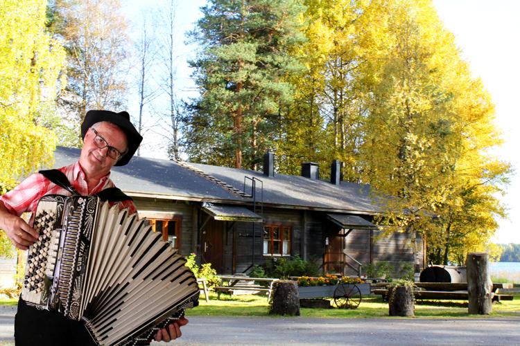 Jätkänkämppä-syksyllä_Pali-soittamassa