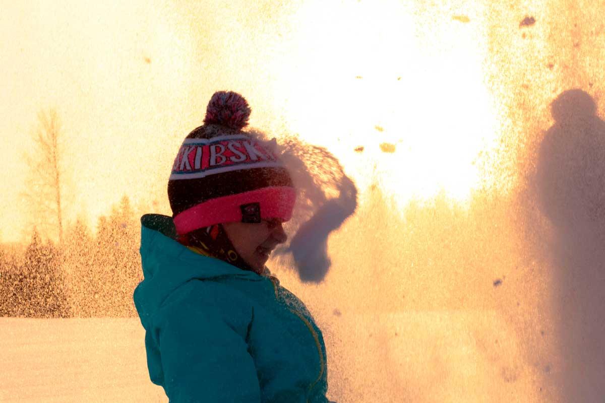 Lumi ryöppyää tytön päälle