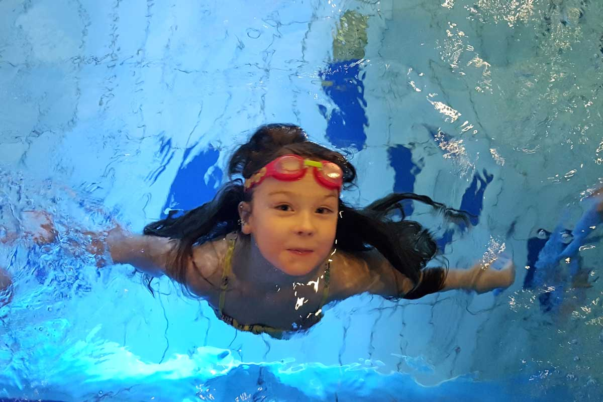 tyttö uimassa Tahko Sopan altaassa