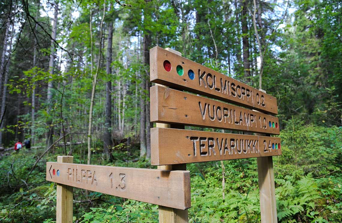 Neulämäki-Vuorilammen alueen retkeilyreitit on hyvin merkitty.