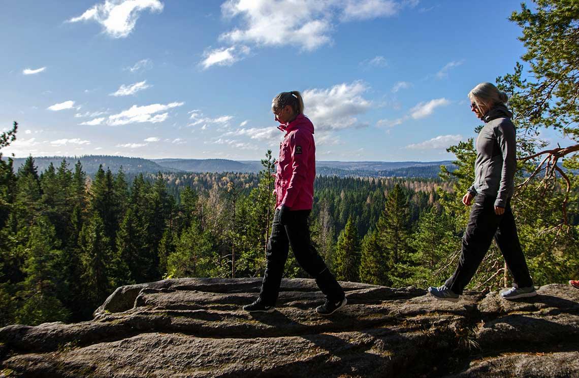Neulamäki-Vuorilammen retkeilyreitin näköalapaikka kallioiden laella.