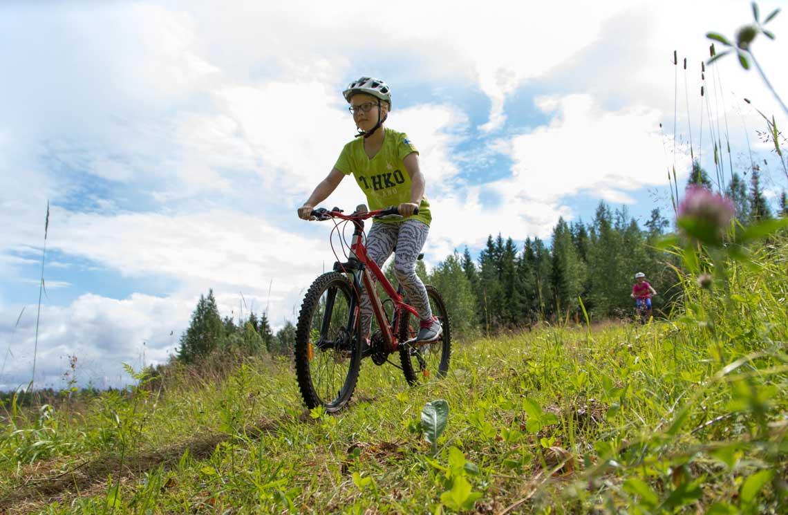 Lasten-kanssa-maastopyöräilemässä-Tahkolla
