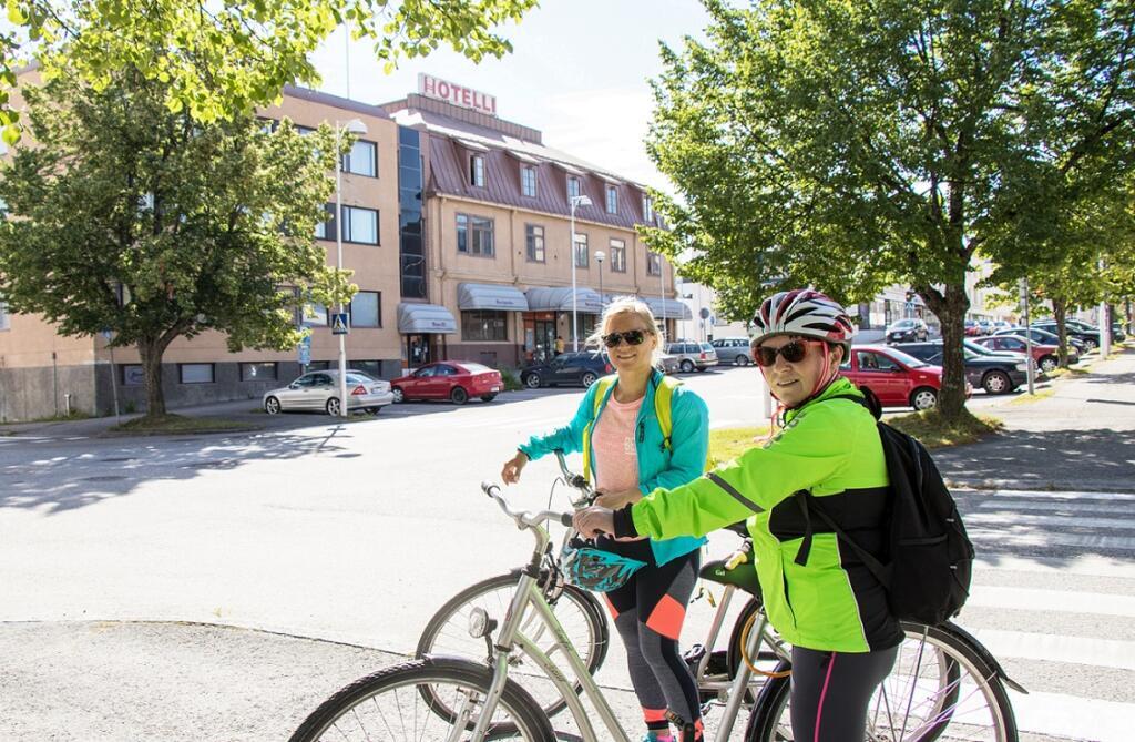 Hlikka ja Jenni Outdoors Pohjois-Savon luontoliikuntareitistöjen esiselvityshankkeesta saapuivat Iisalmeen testaamaan pyöräilyreittejäreittejä.