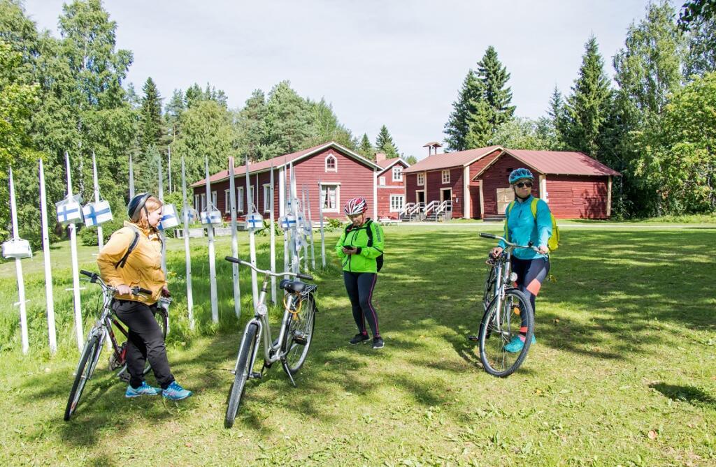 Pyöräilijät pysähtyivät pienellä tauolle Juhani Ahon museolla.