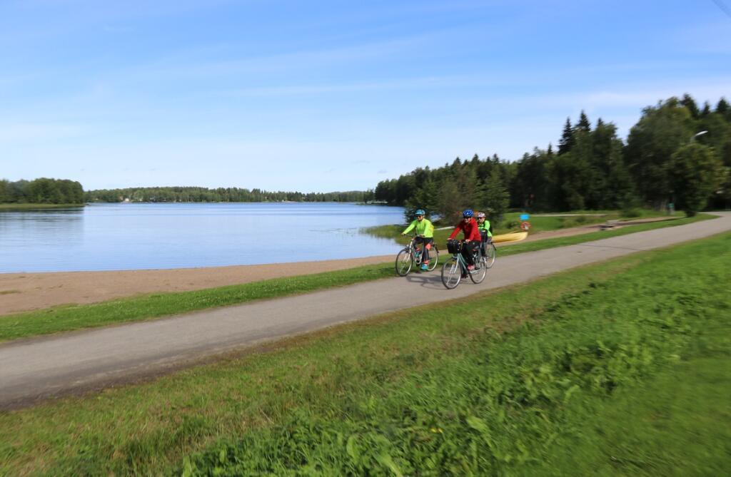 Pyöräilyreittejä kauniissa järvimaisemissa.