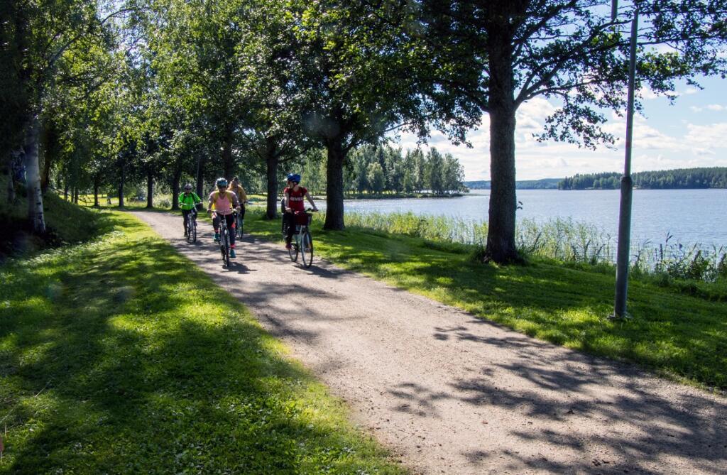 Kaupungin laidalla järvenrantaa myötäilevillä reiteillä on rauhallinen ja viihtyisä tunnelma.
