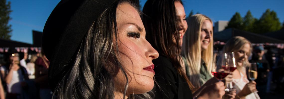 Kuopio-Wine-festival_girls-enjoying-the-sun